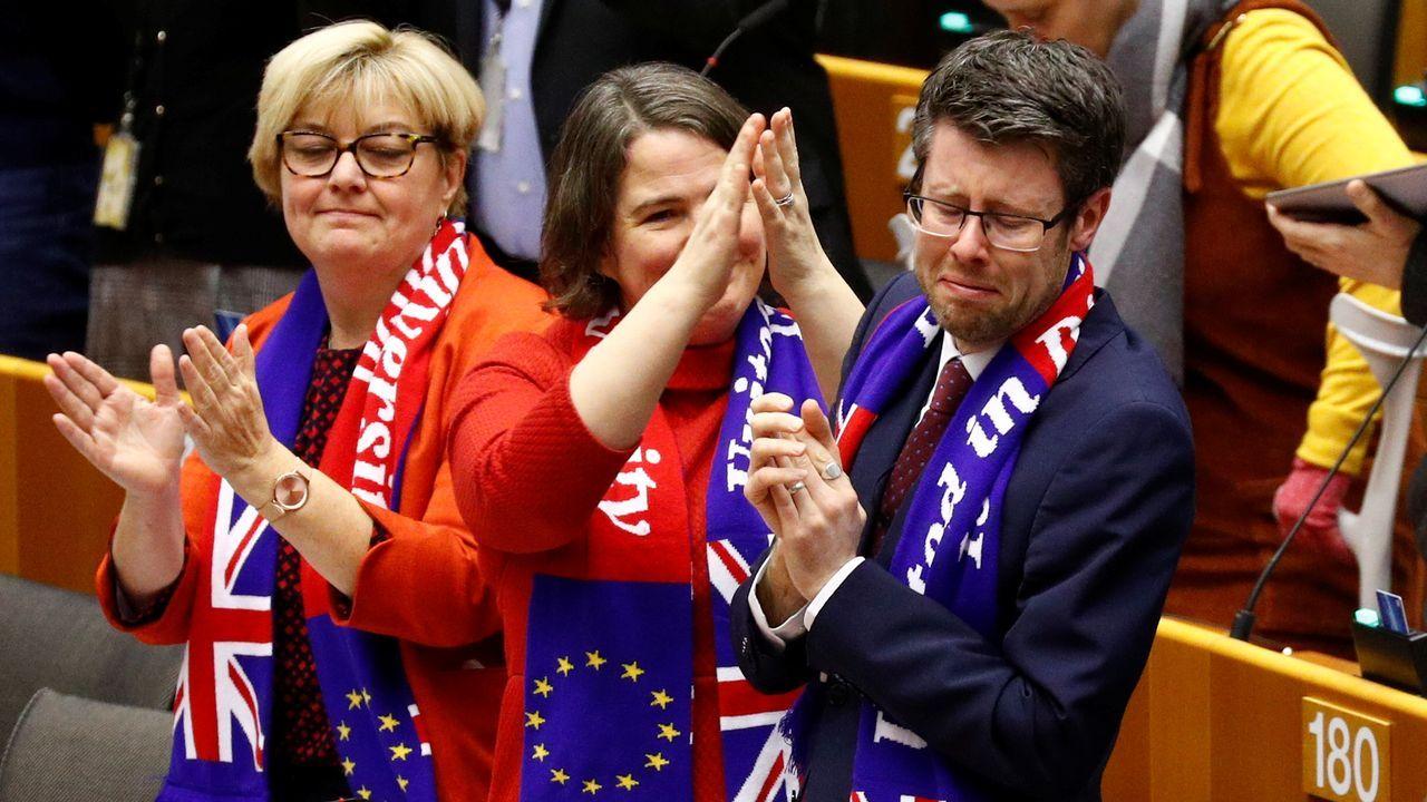 El Europarlamento entona la canción tradicional escocesa 'Auld Lang Syne' para despedir a Reino Unido.Como eurodiputados no adscritos, Toni Comín y Carles Puigdemont seguirán ubicados en la última fila del hemiciclo