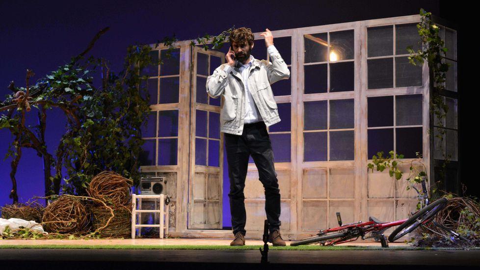 Núbebes: cuando los protagonistas son los más pequeños.El féretro de Arturo preside el escenario, por el que desfilan personajes claves en la vida del finado
