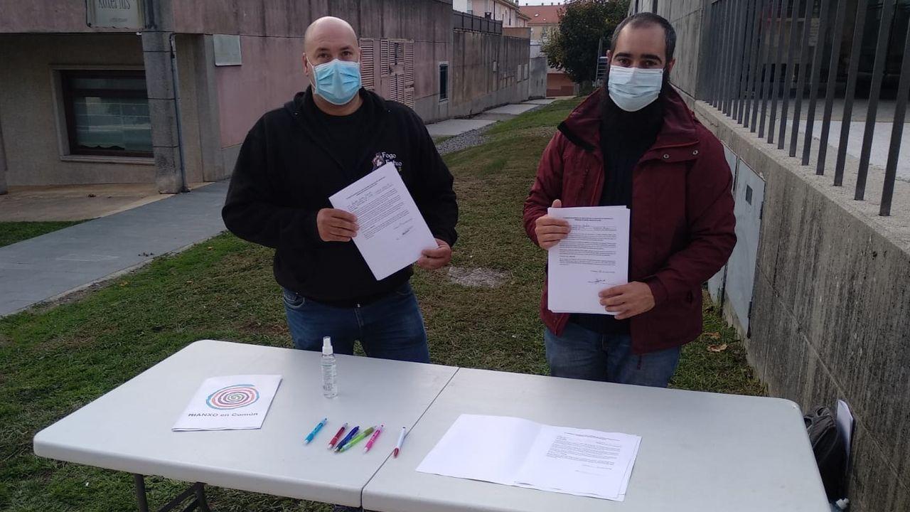 Las enfermeras del hospital de Barbanza son las encargadas de hacer las pruebas PCR en los automóviles