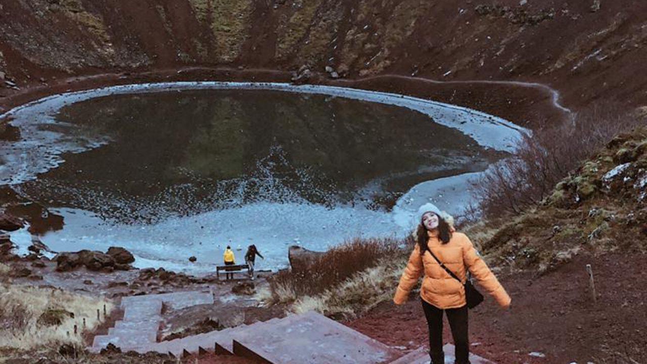Rocío Cueto en el cráter de un volcán en Islandia
