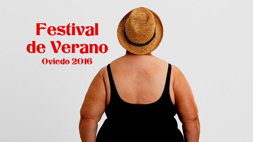 José Luis Álvarez Almeida.Un detalle del cartel anunciador del Festival de Verano 2016 de Oviedo, del diseñador Ricardo Villoria