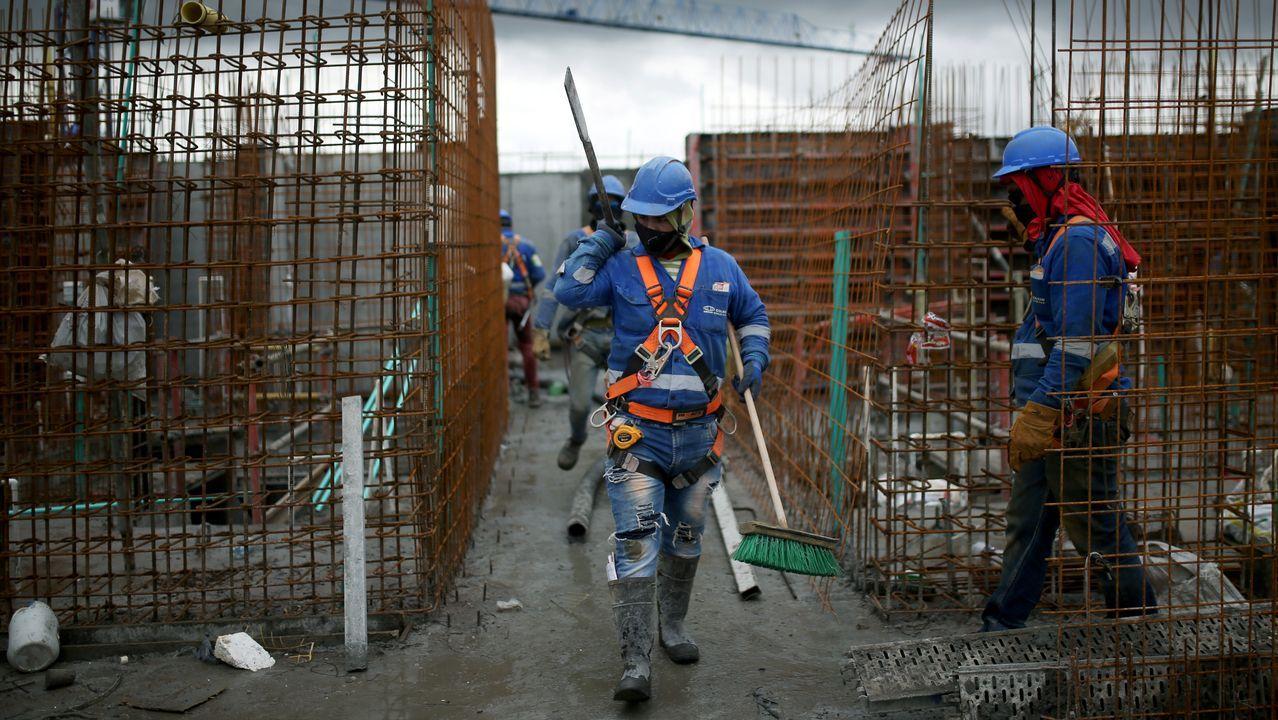 Las mascarillas se han convertido en parte del uniforme de trabajo habitual para los empleados de una constructora de Colombia