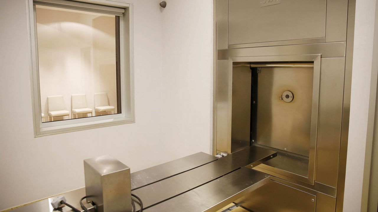 En la mayoría de crematorios, la familia puede ser testigo de la incineración desde una sala anexa.En la mayoría de crematorios, la familia puede ser testigo de la incineración desde una sala anexa
