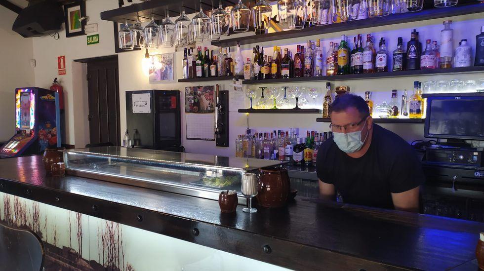 Manuel Galindo, el único hostelero que mantiene abierto su bar en el municipio confinado más pequeño de España, ubicado en Valladolid