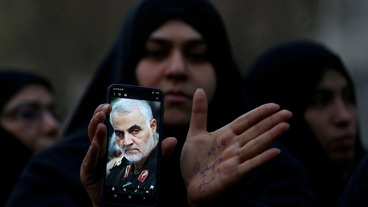 Una mujer iraní muestra la foto del general Qassem Suleimani