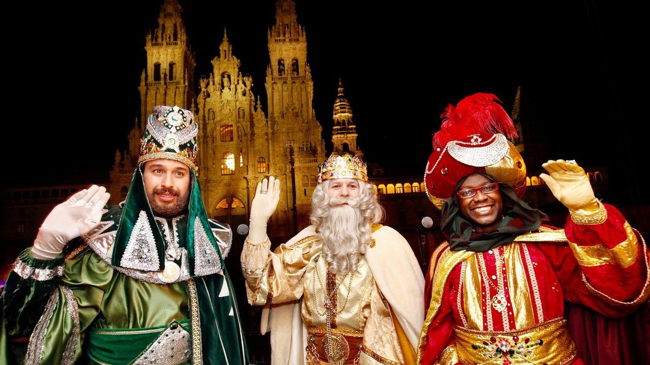 Sus Majestades de Oriente llevan la ilusión a Compostela.Avión de la aerolínea de bajo coste Ryanair