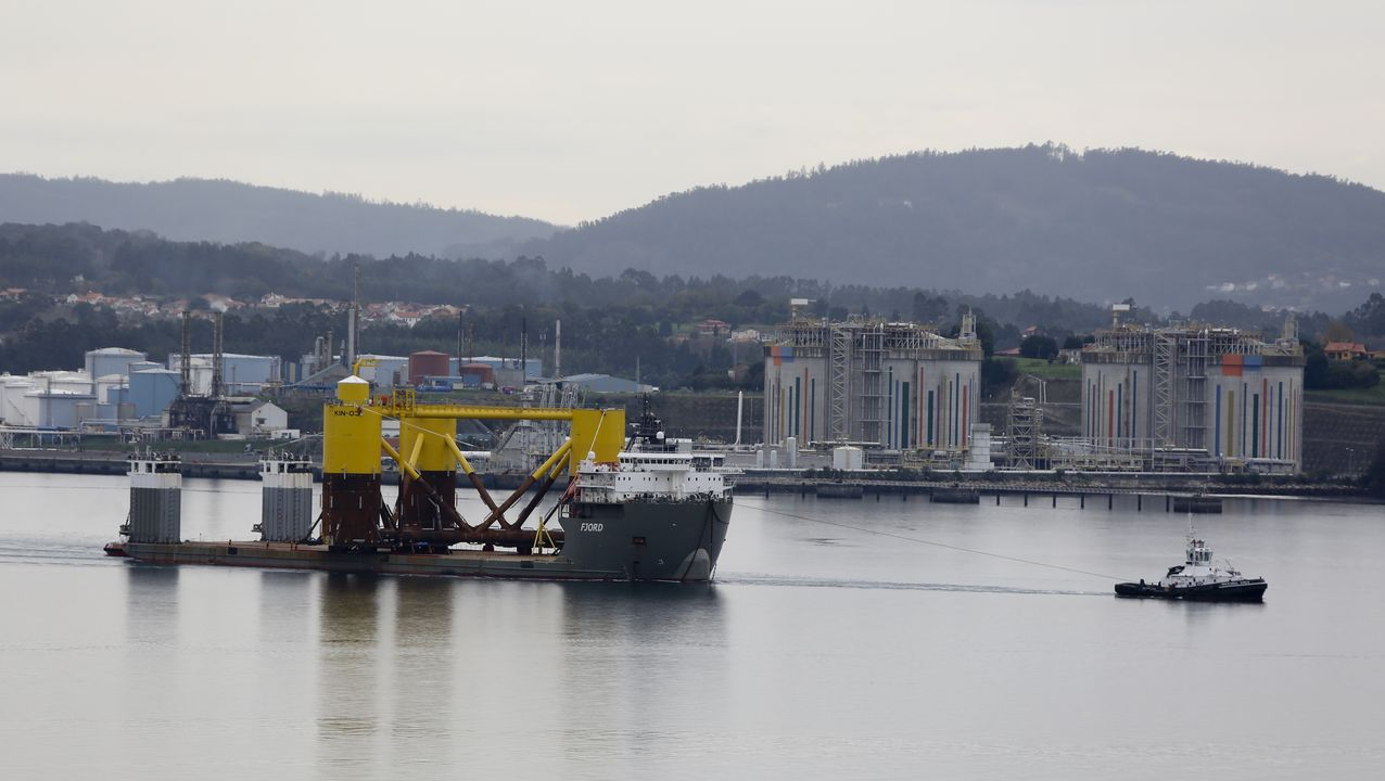 La primera jornada de cierre casi total de la hostelería en Ferrol.La segunda plataforma para el parque eólico marino de Cobra partió de Navantia Fene