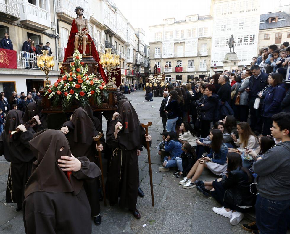 Semana Santa de Viveiro.La salida del paso de la Virgen de la Esperanza que hizo el recorrido por el interior del casco.