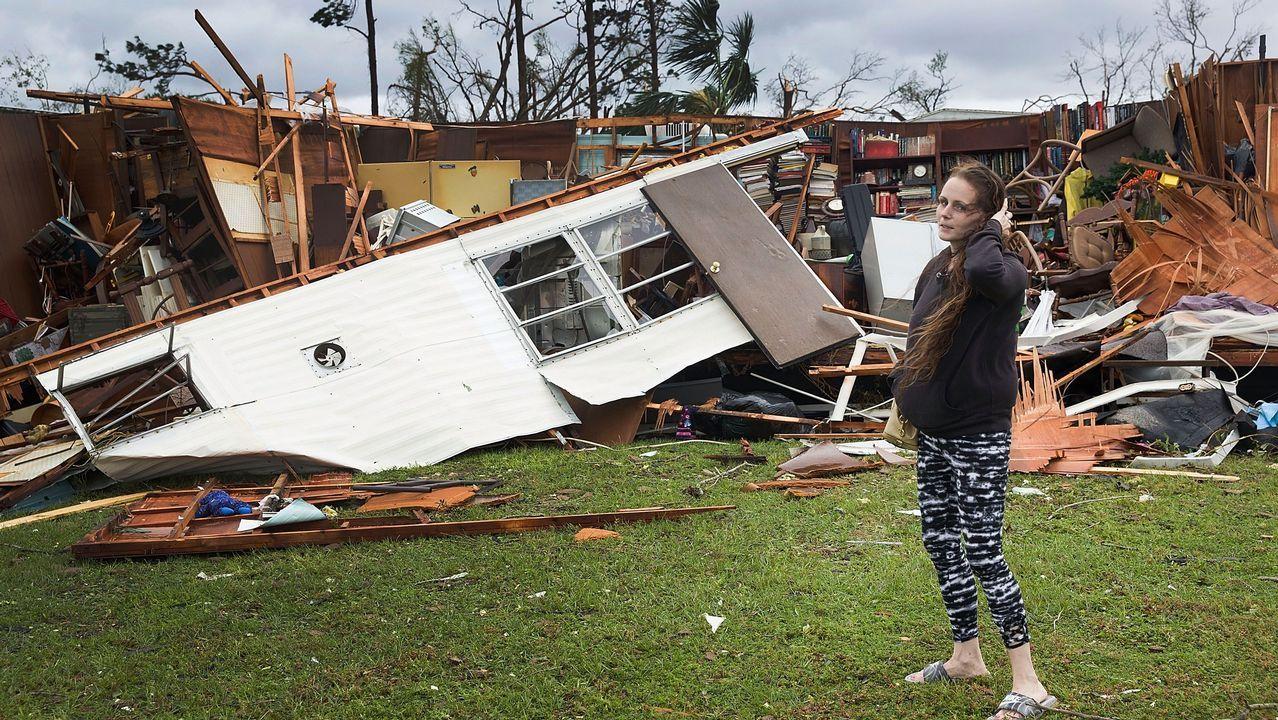 Donald y Melania Trump ya no comparten ni el paraguas.Haley Nelson se lamenta ante su casa en Panamá City de las pérdidas que le ocasionó el huracán Michael