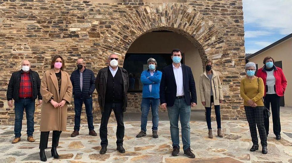 Gonzalo Caballero, con el alcalde de Ribas de Sil y otros representantes del PSdeG, frente al futuro museo de la minería romana de San Clodio