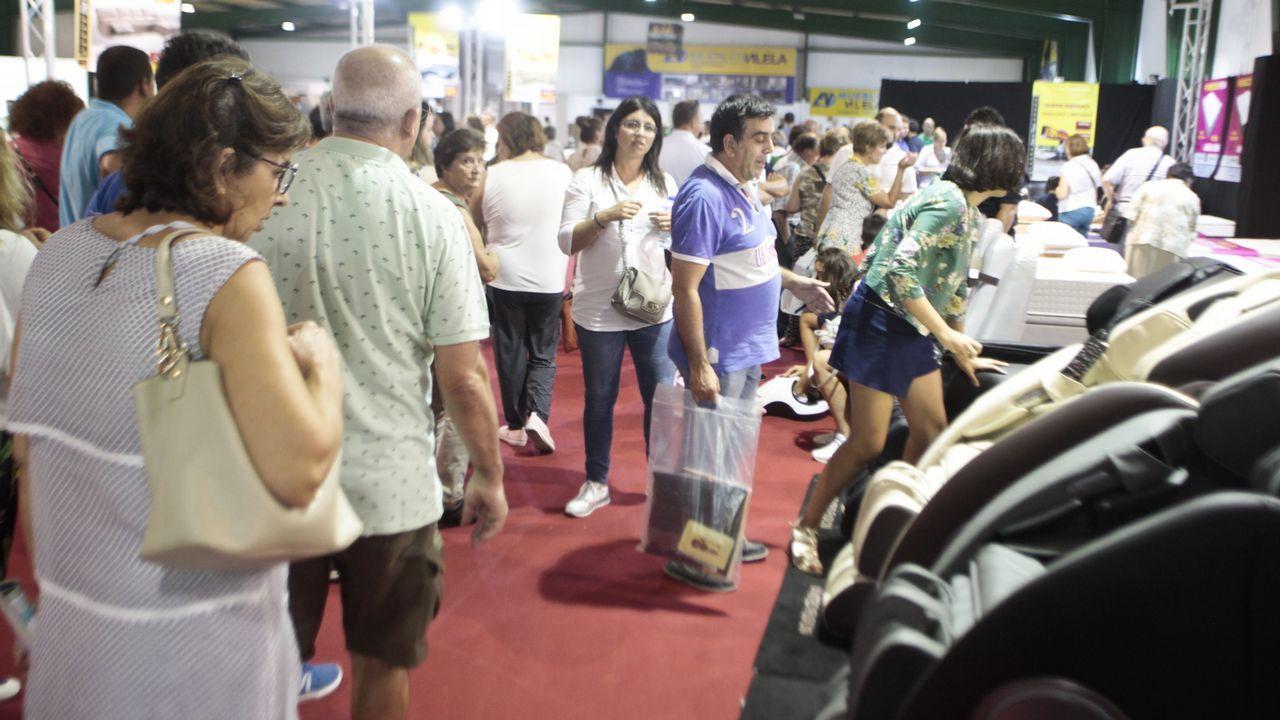 Miles de personas se manifiestan en Vigo contra los recortes en sanidad por segunda vez en un mes.Médicos de atención primaria comenzaron ayer una huelga para recuperar su poder adquisitivo