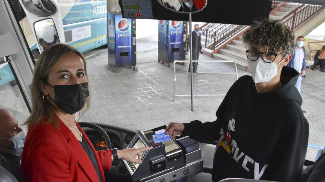 La conselleira Ethel Vázquez, supervisando el funcionamiento de la tarjeta Xente Nova en la estación de Ferrol