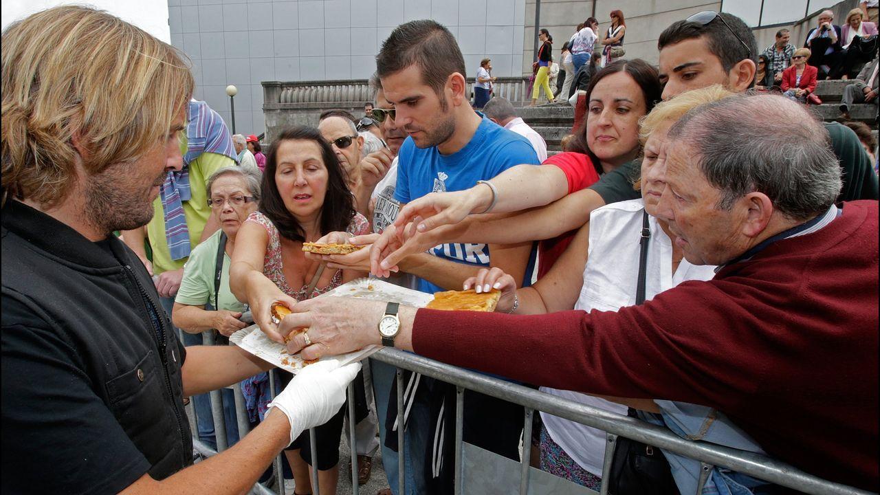 Reparto de empanada en el concurso de la romería de Santa Margarita