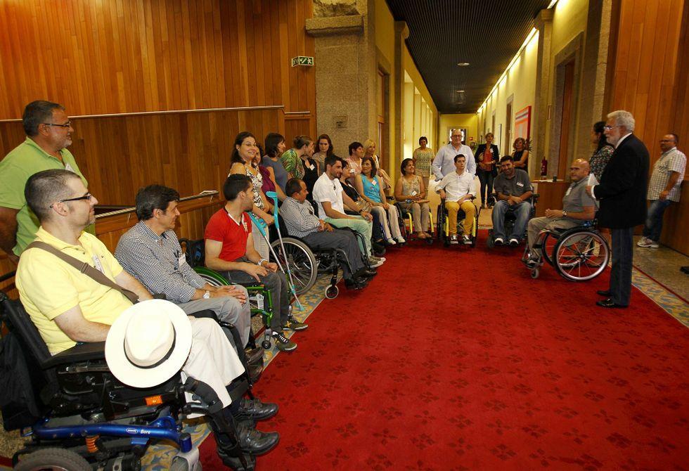 Beiras vuelve a dar un puñetazo.Algunos de los afectados, con Miguel Santalices, el día que el Parlamento aprobó la unidad.