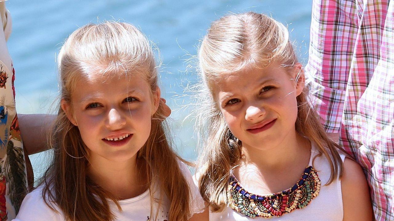 La princesa Leonor y la infanta Sofía, durante un paseo en sus vacaciones en Mallorca en agosto de 2014