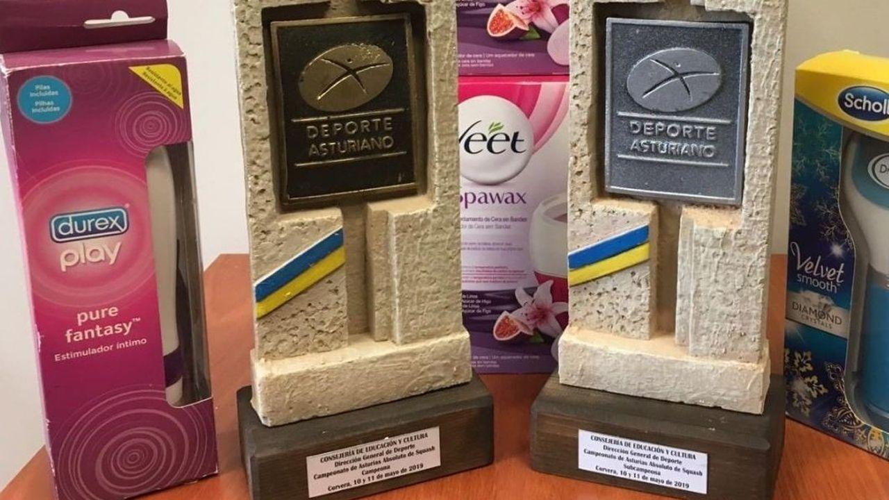 El premio recibido por parte e las jugadoras que ganaron el Campeonato de Asturias de Squash