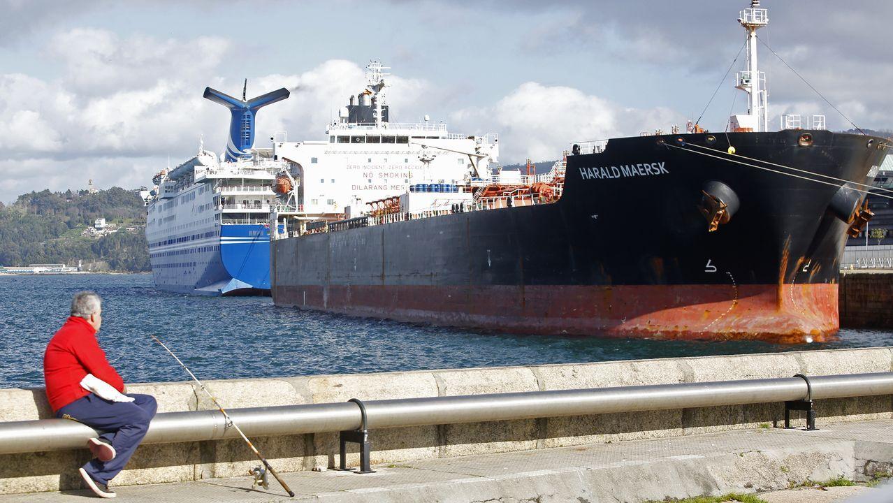 Traslado de los polizones desde el puerto de Vigo.Un crucero ha coincidido hoy en el muelle de Trasatlánticos con el petrolero Harald Maersk que lleva a bordo a tres polizones