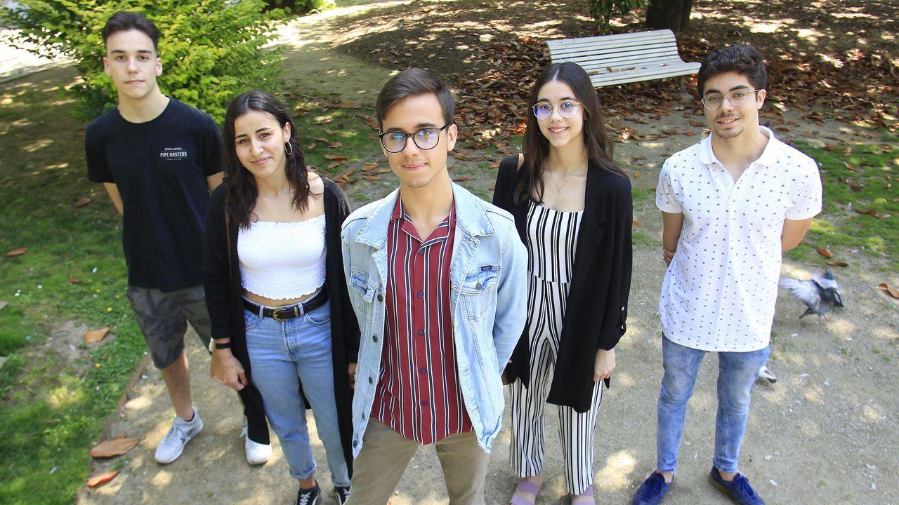 De izquierda a derecha, Santiago, Icía, Martín, Susana y Mateo, los cinco alumnos del Concepción Arenal que lograron más de un 13 en las pruebas de acceso a la Universidad. Martín, con un 13,744, fue el mejor de la comarca