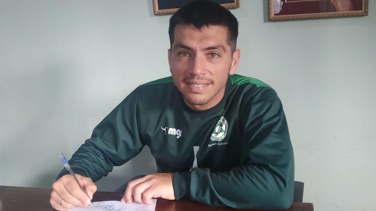 González, cuando firmó el contrato con el Club Plaza Colonia