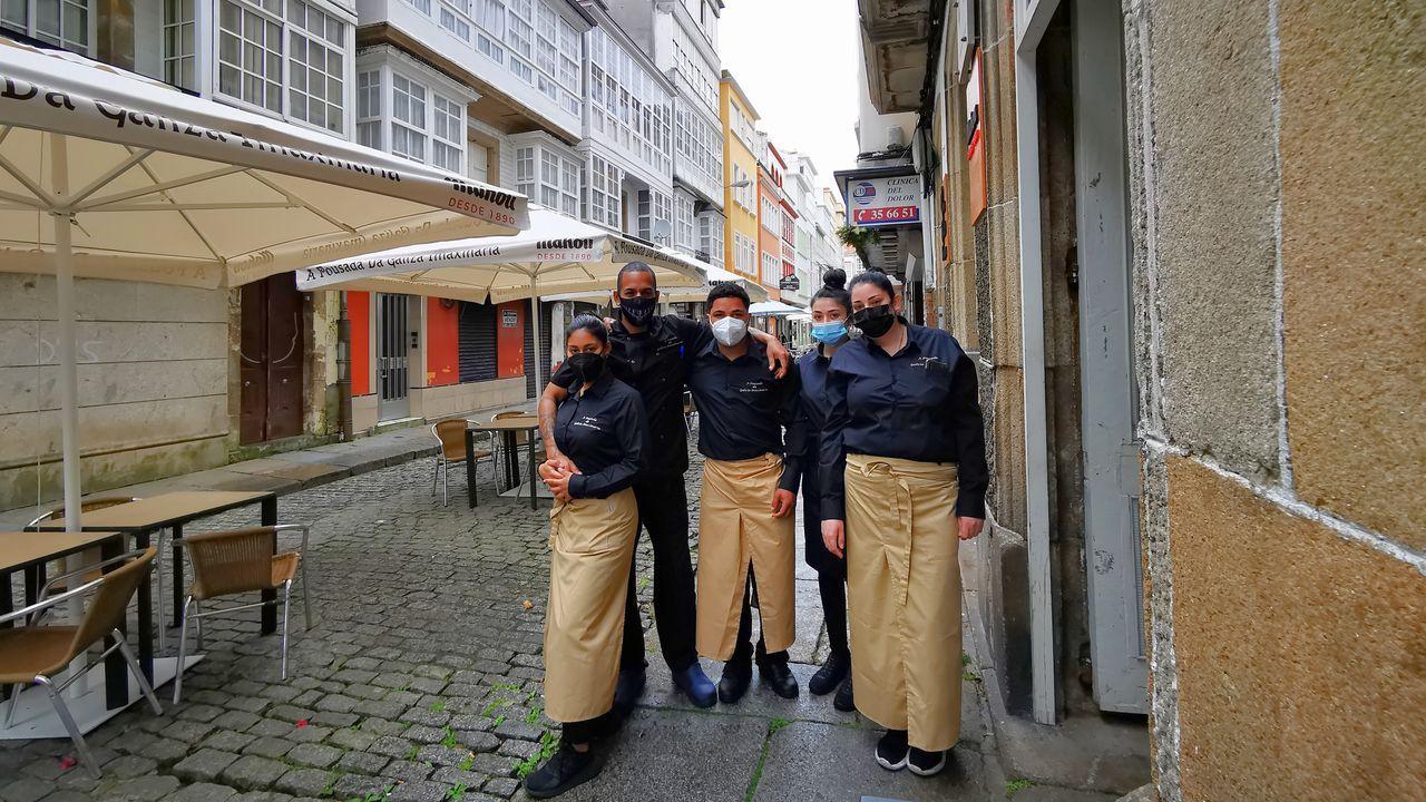Elison, el segundo por la izquierda, arropado por sus compañeros a la puerta de A Pousada das Ánimas.
