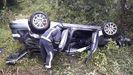 Estado del coche tras caer por un desnivel de unos 150 metros en Venta del Pobre