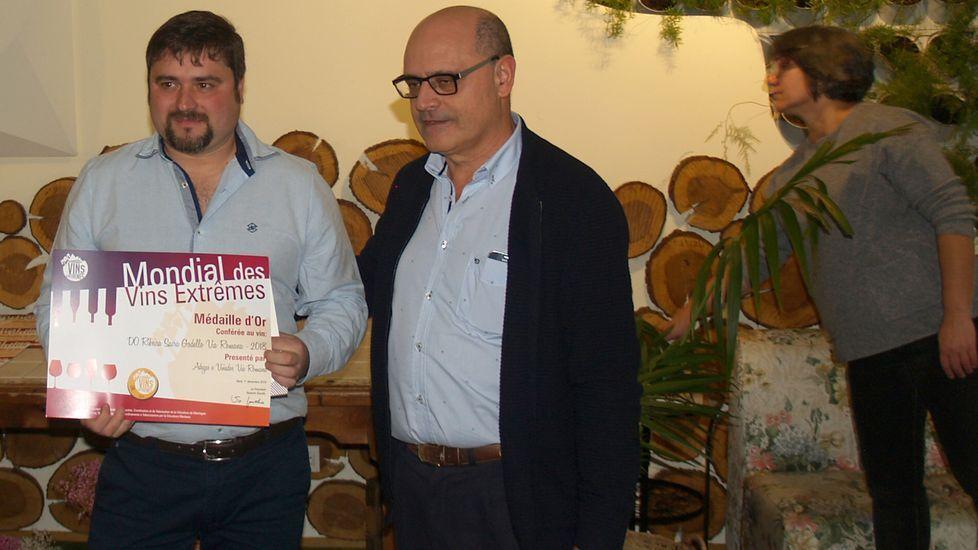 El enólogo de Vía Romana (izquierda), con el premio que obtuvo la bodega chantadina
