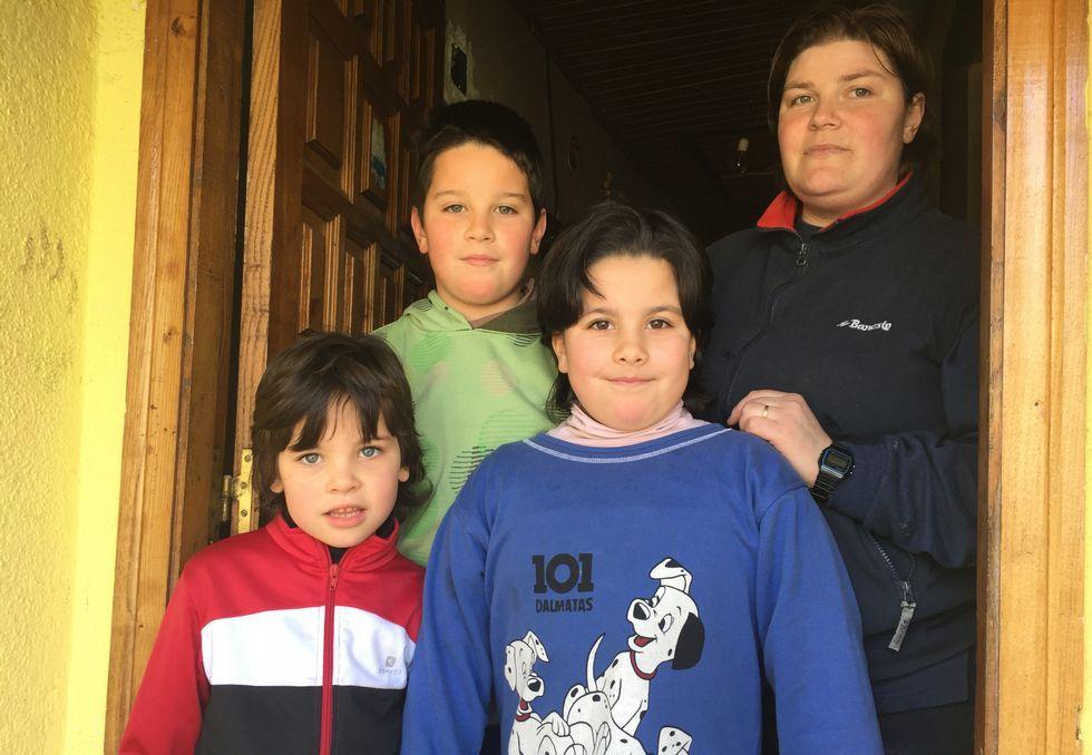 Un manto blanco cubre las montañas de Galicia.Patricia y sus tres hijos en Edrada (Parada de Sil).