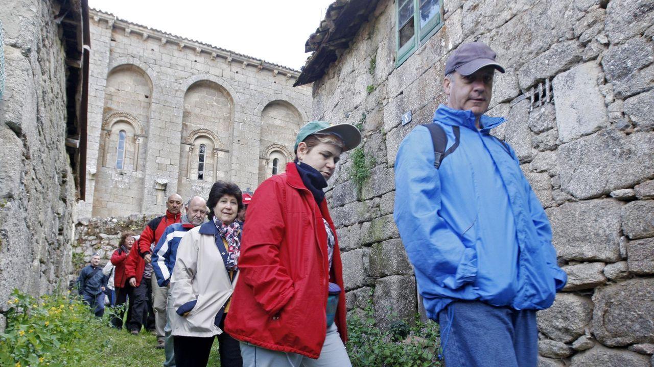 Un paseo visual por el camino de Souto a Cabo de Vila.Participantes en una caminata organizada por la Asociación Veciñal do Saviñao pasan junto a la iglesia románica de Santo Estevo de Ribas de Miño