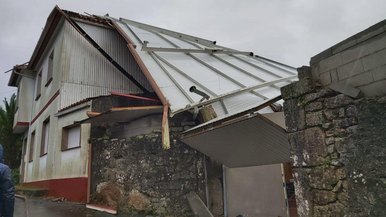 En kayak por las inundaciones de Vimianzo.En Moraña se desprendió parte del tejado del galpón de una vivienda