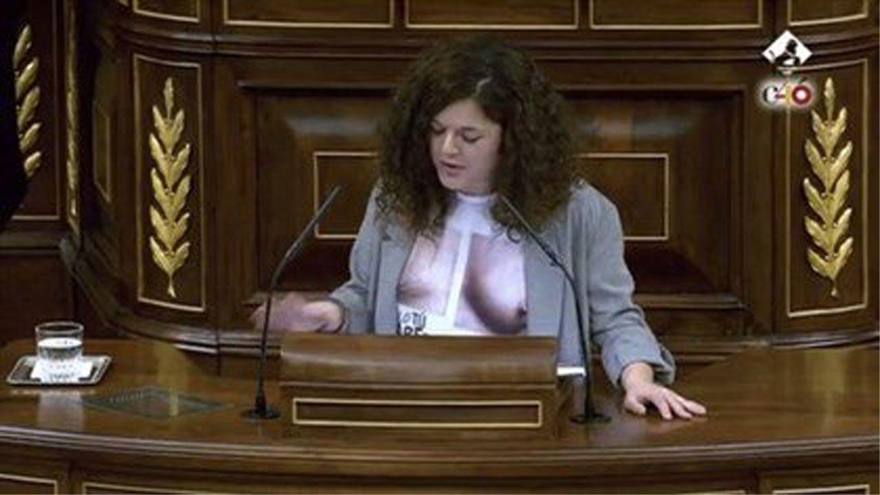 La diputada asturiana de Podemos, Sofía Castañón, con la controvertida camiseta