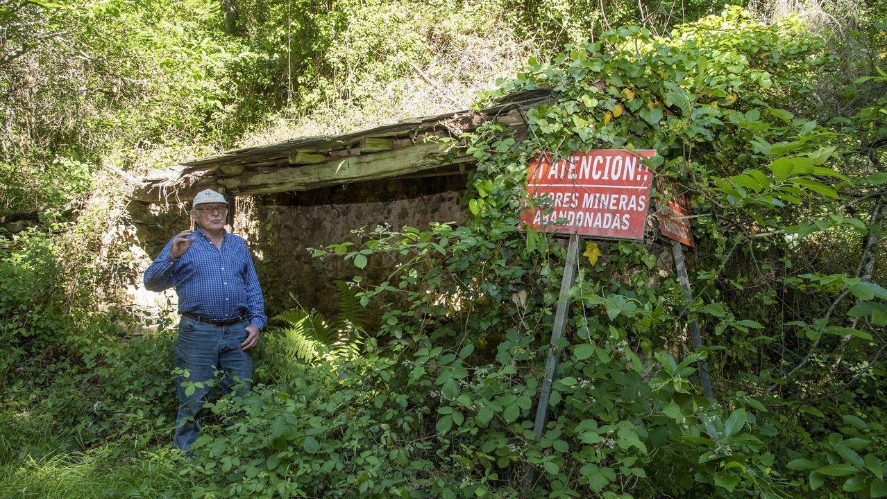 El vecino Pedro Marcos Fernández junto a una caseta de la antigua mina de plomo