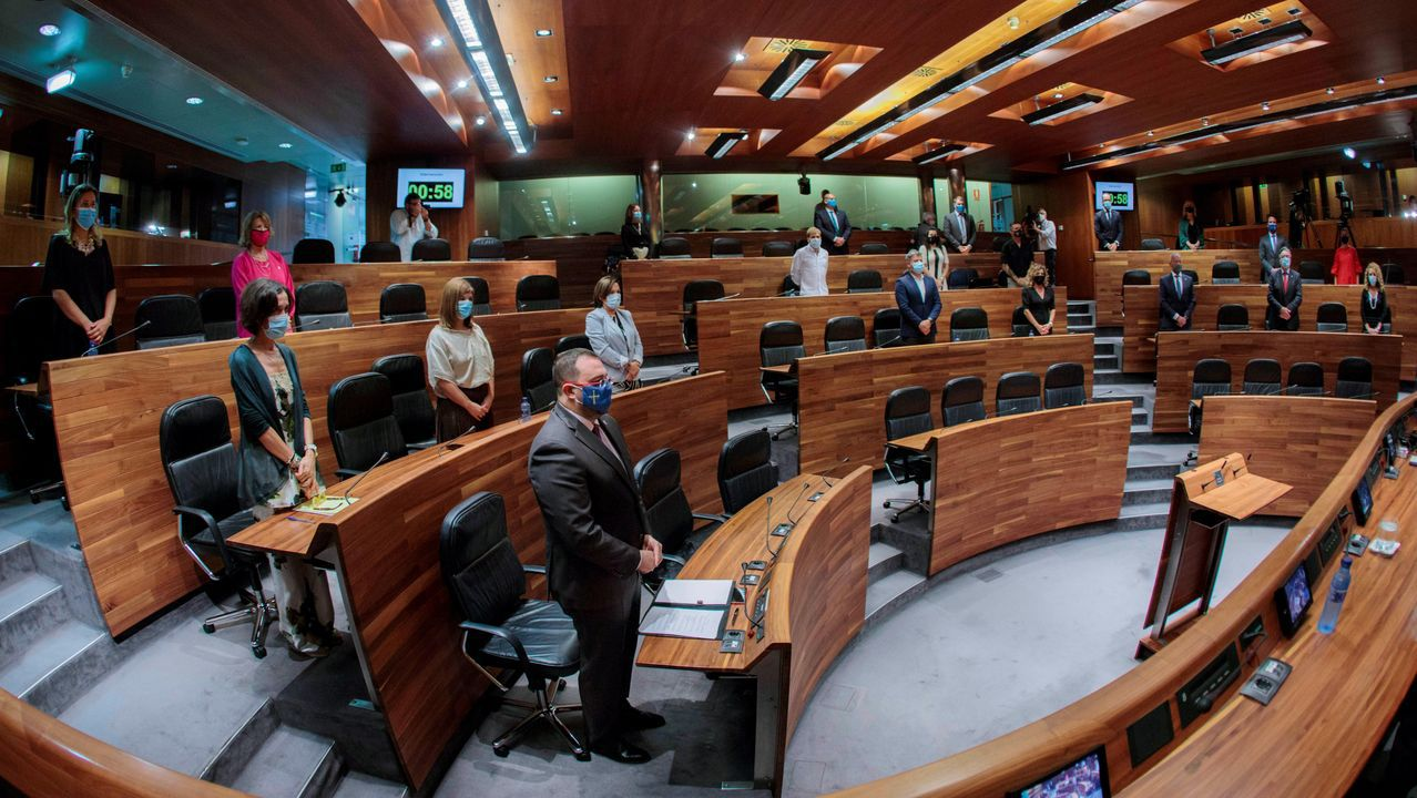 El presidente del Principado, Adrian Barbón (3i), durante el pleno institucional que conmemora el Día de Asturias y que se ha iniciado con un minuto de silencio por las víctimas de la covid-19, este lunes en Oviedo