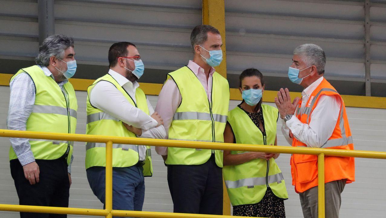 Los reyes, Felipe y Letizia, junto al presidente del Principado, Adrián Barbón (2i) durante su visita al Centro de Tratamiento de Residuos de Cogersa, en Gijón.