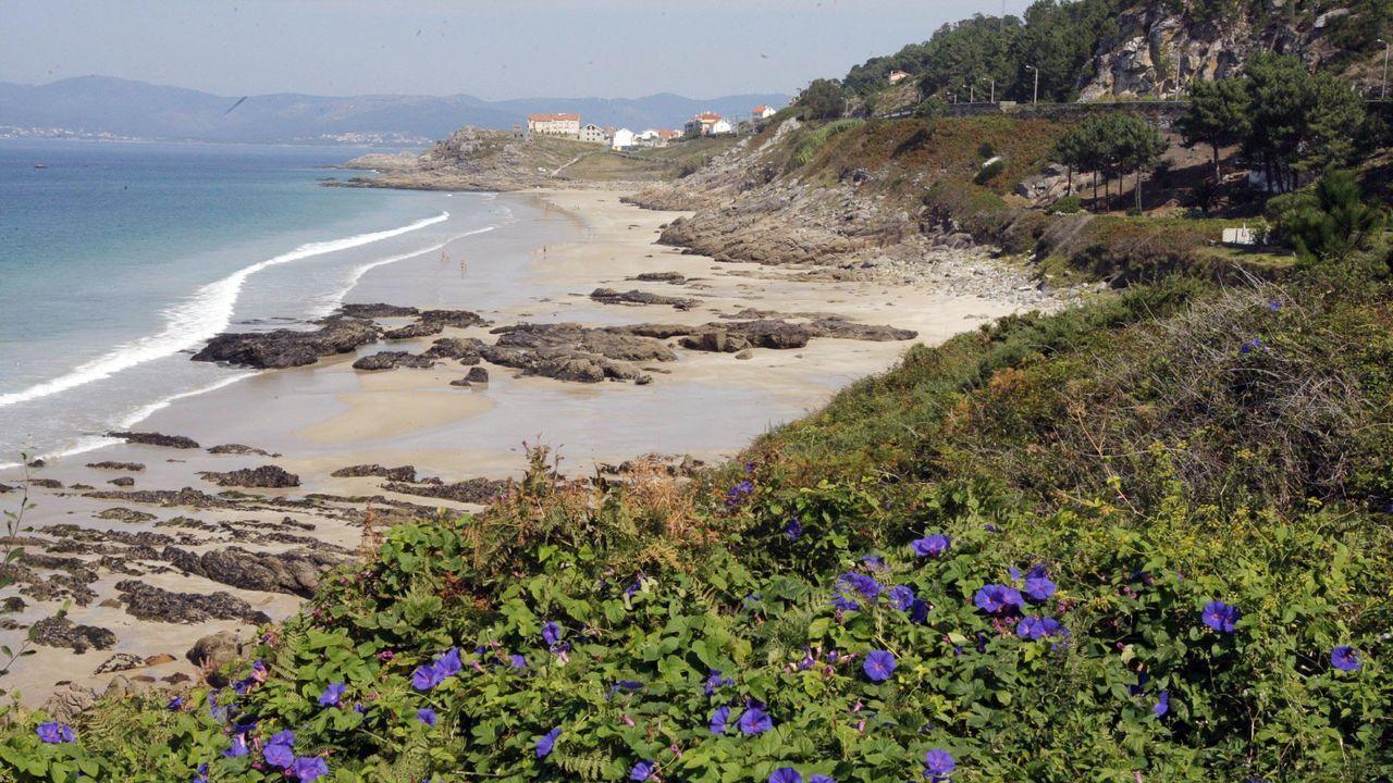 Operativo de búsqueda en Porto do Son.Esta era la estampa que ofrecía la carretera de acceso a la playa muradana de O Ancoradoiro el sábado por la mañana