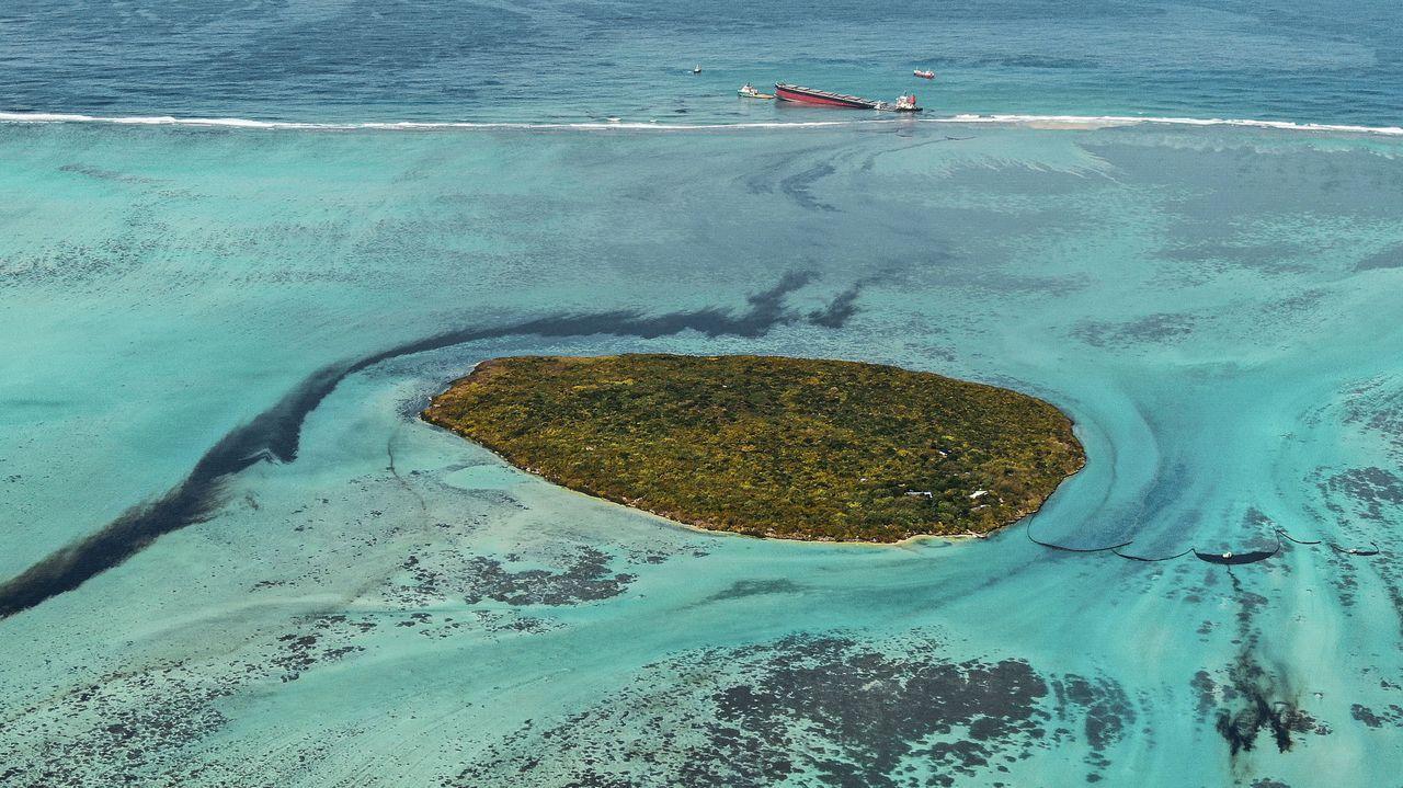 Fotografía aérea que demuestra el derrame de petróleo proveniente del barco varado en las costas de Mauricio