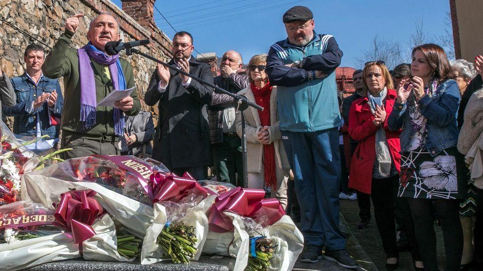 Pepe Álvarez, Adrián Barbón y, a la derecha, Adriana Lastra, en el homenaje a Manuel Llaneza en Mieres