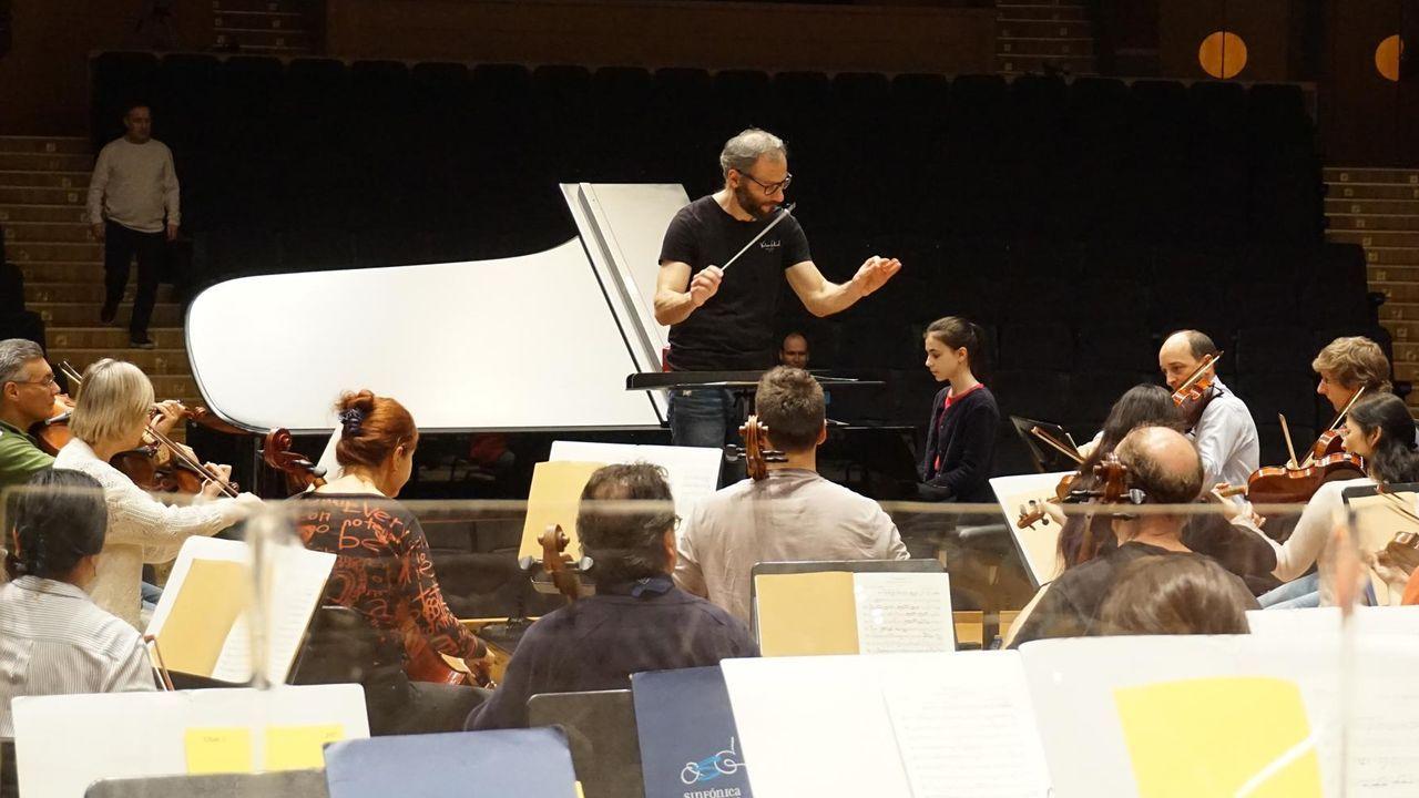 Alexandra Dovgan, pianista rusa de 13 años, en uno de los ensayos con la OSG y el maestro Dima Slobodeniouk
