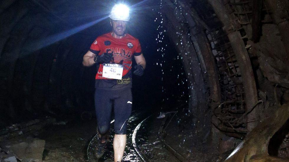 El atleta Omar Díaz Canto durante el recorrido que realizó hoy en la edición  zero  de la Xtreme Trail de El Pozo Sotón, de Hunosa, primera prueba de estas características que se disputa a 500 metros de profundidad en esta mina de hulla de San Martín del Rey Aurelio