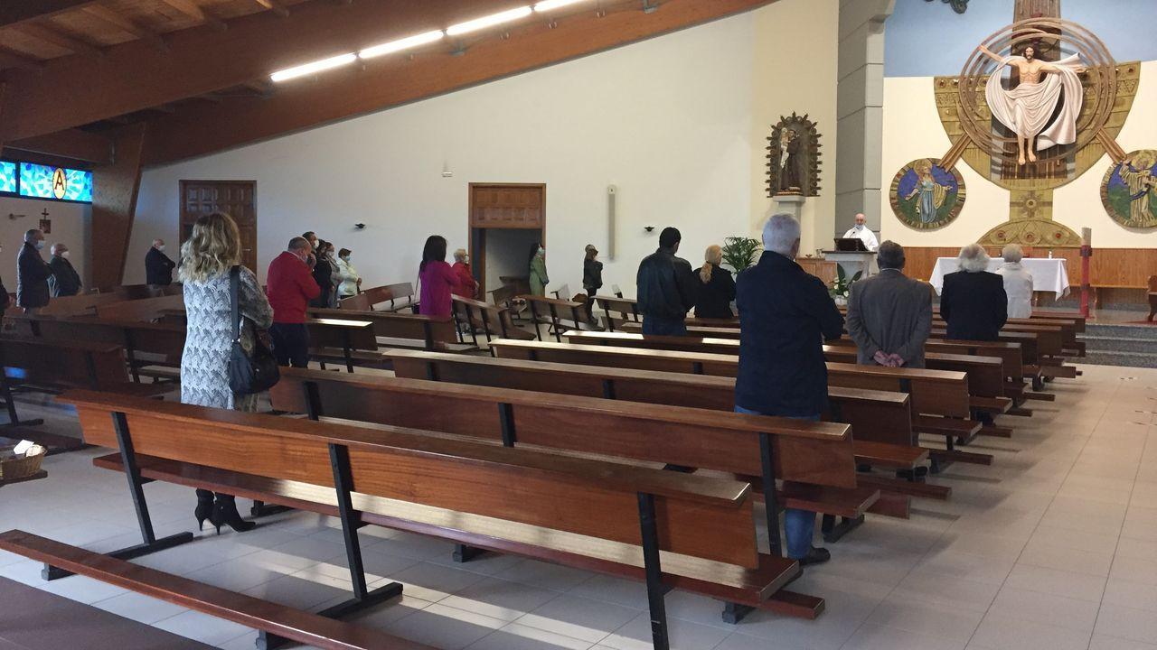 La misa principal de la jornada, en la iglesia de la parroquia de San Antonio, se celebró cumpliendo las medidas de seguridad sanitaria