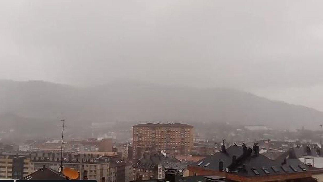 Tormenta veraniega sobre Oviedo.Putin se reunión el sabado en Crimea con los moteros Lobos de la Noche
