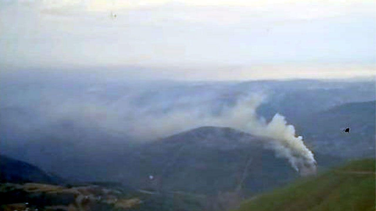 Incendio forestal de Pesoz.Un trabajador de la Brif contempla el frente de llamas del incendio forestal de Ibias