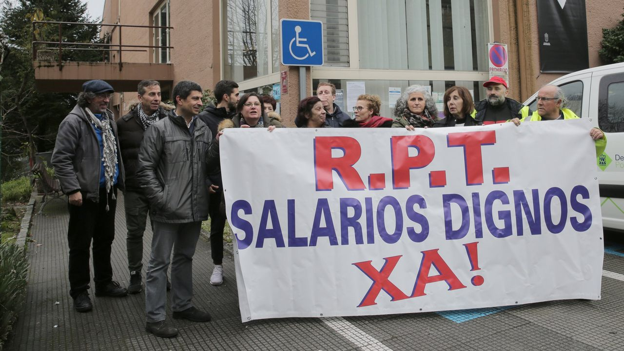 Protesta de los trabajadores de las ambulancias antes de un mitin del PP en Cambados
