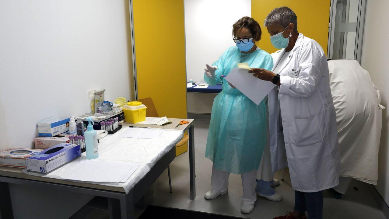 Imagen de archivo de personal del Hospital da Mariña en pleno proceso de pruebas de coronavirus