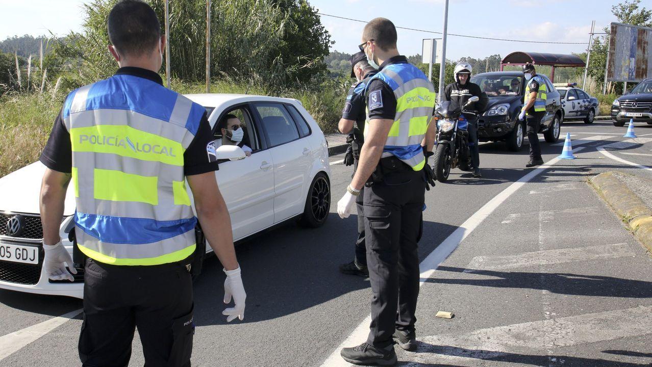 Control de la Policía Local de Ares a la entrada del pueblo en mayo, durante el primer estado de alarma