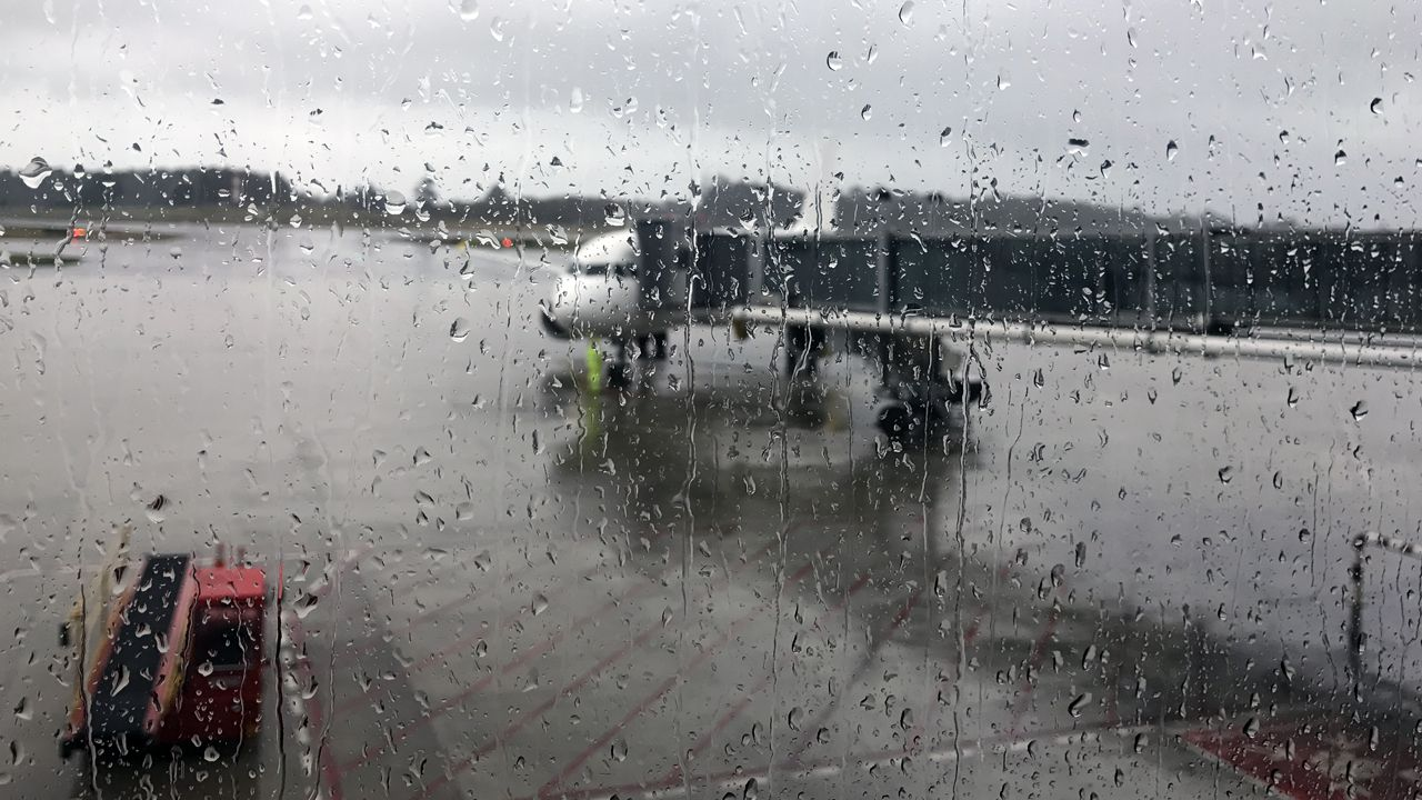 La crudeza del fuego asturiano en imágenes.Un avión en un «finger» del Aeropuerto de Asturias, en medio de la lluvia