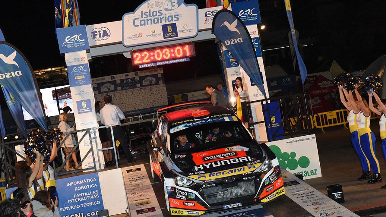 «Cohete» e Iglesias, tomando la salida en el Rally Islas Canarias.