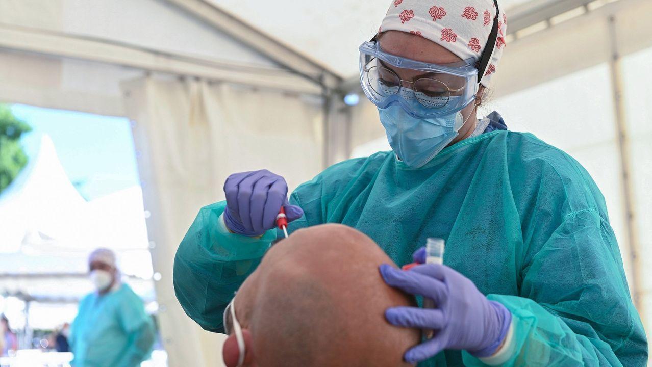 Foto de archivo de pruebas de coronavirus en el hospital Álvaro Cunqueiro