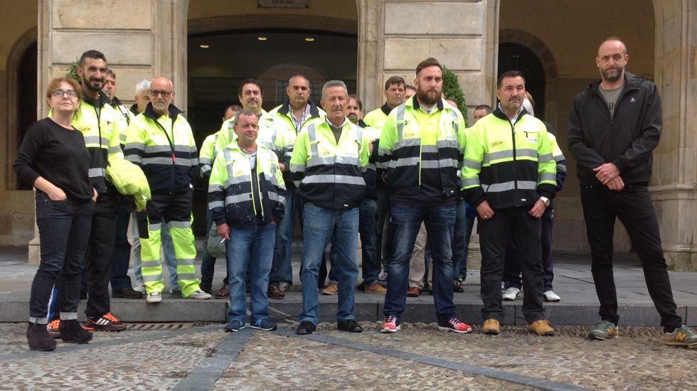 Operarios de mantenimiento viario de Gijón, entre Ana Castaño y David Alonso