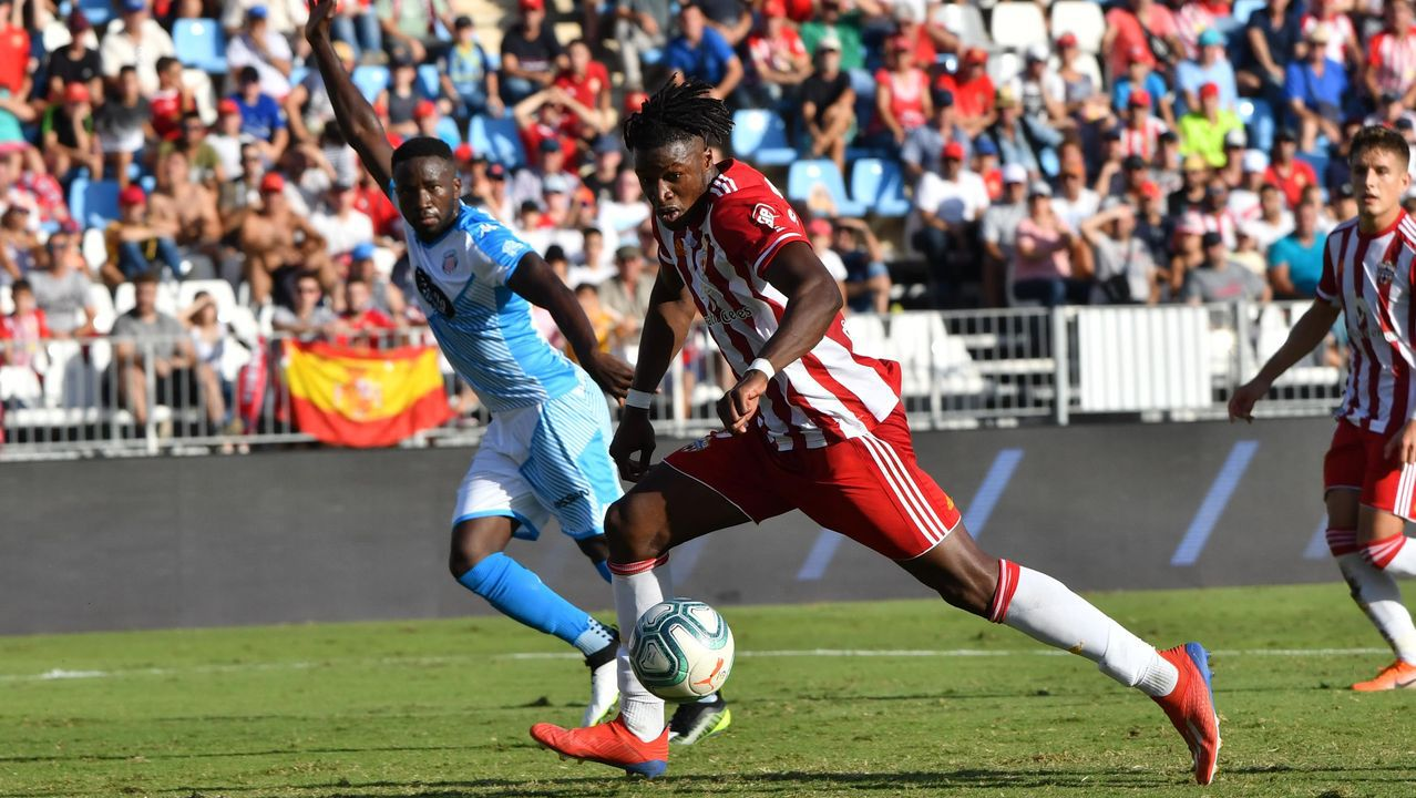 Gol Ibra Real Oviedo Sporting derbi Carlos Tartiere.Alfredo Ortuño con el premio en El Requexón
