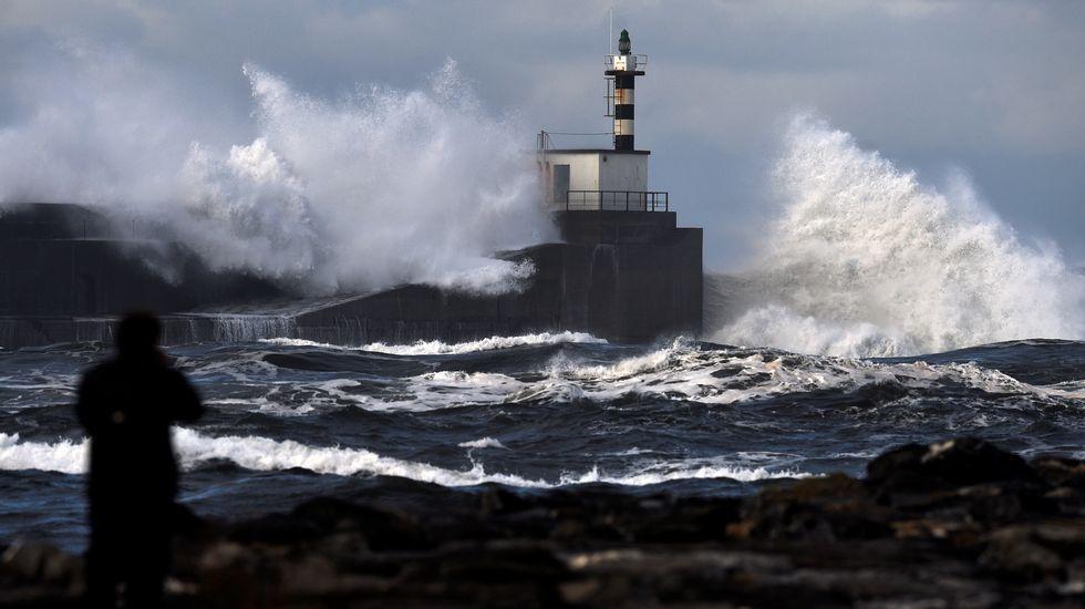 Pontevedra llora a Ravachol.Enormes olas rompen en el paseo marítimo de San Esteban de Pravia, en Asturias. ARCHIVO